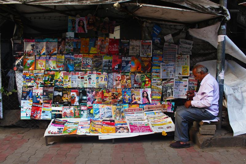 PUNE, MAHARASHTRA, τον Οκτώβριο του 2018, πωλώντας περιοδικά προμηθευτών βιβλίων στην οδό στοκ εικόνες