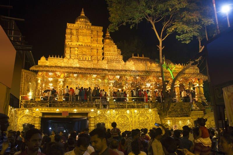 PUNE, MAHARASHTRA, em setembro de 2018, visitantes e devoto na réplica de Sripuram Lakshmi Narayani Golden Temple, Vellore, Tamil imagens de stock royalty free