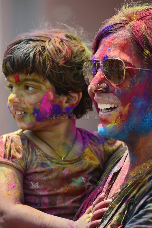 PUNE, MAHARASHTRA, INDE, le 24 mars 2016 La mère et l'enfant avec la poudre colorée sur son visage célèbrent le festival de holi  photos stock