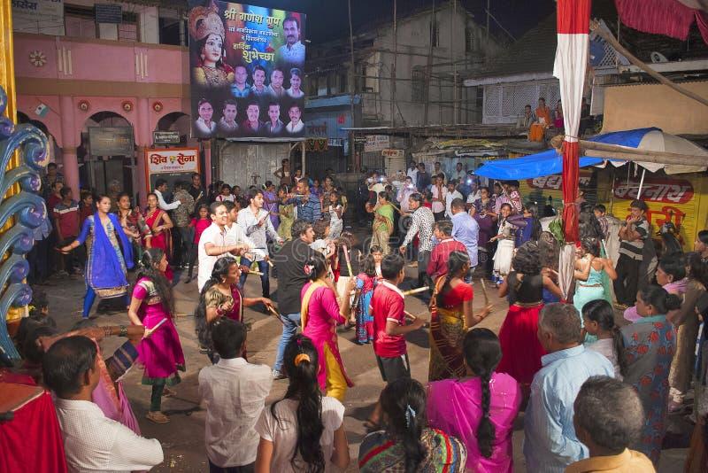 PUNE, MAHARASHTRA, INDE, octobre 2016, groupe de jeunes apprécient la danse de Dandiya au festival de Navratri image libre de droits