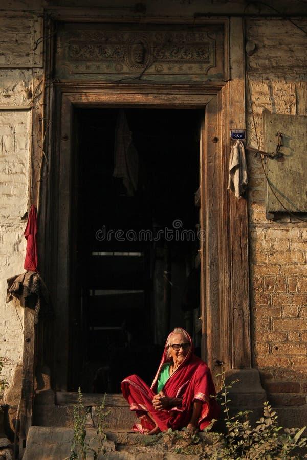 PUNE, MAHARASHTRA, INDIA, Februari 2019, de Oude voorzijde van de vrouwenzitting van huis royalty-vrije stock fotografie