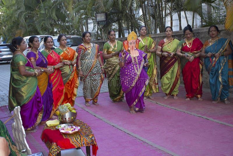 PUNE, MAHARASHTRA, INDIA, Februari 2017, Vrouwen viert de ceremonie van de Babydouche stock foto