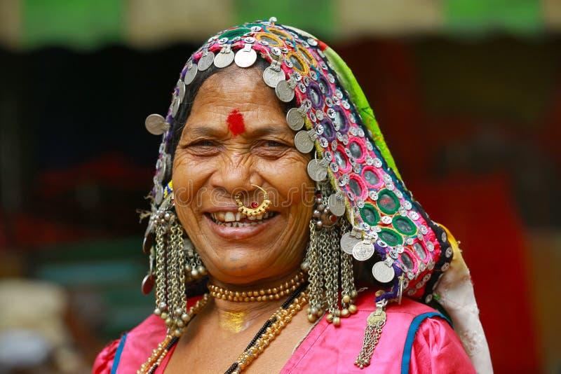 PUNE, MAHARASHTRA, INDIA, Juni 2017, kleedde traditioneel vrouwenglimlachen bij camera stock afbeelding