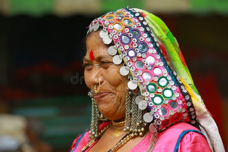 PUNE, MAHARASHTRA, INDIA, Juni 2017, kleedde traditioneel vrouwenglimlachen tijdens Pandharpur-festival stock foto