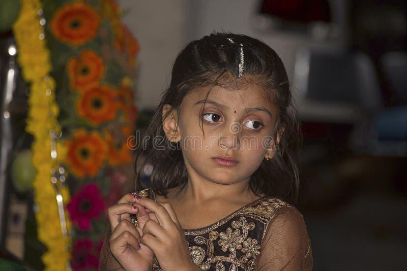 PUNE, maharashtra, INDIA, Luty 2017, Mała dziewczynka myśleć i spojrzenia zdjęcia stock