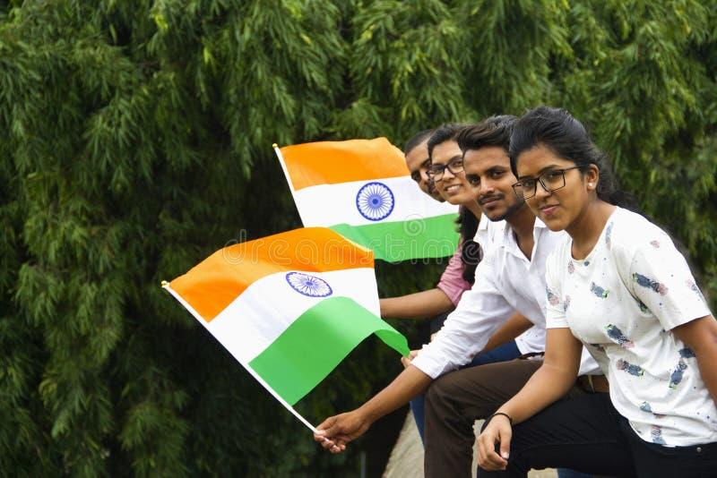 PUNE, MAHARASHTRA, l'INDIA, il 15 agosto 2018, gruppo di giovani ragazzi e ragazze che posano con la bandiera indiana in occasion fotografia stock libera da diritti