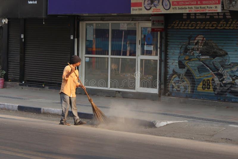 PUNE, MAHARASHTRA, la INDIA, febrero de 2019, calle limpia del hombre por la mañana imagen de archivo libre de regalías