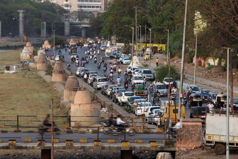 PUNE, maharashtra, Luty 2019, Peope odprowadzenie podczas gdy pojazdy parkujący na drodze obrazy stock