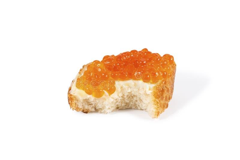 Pungente fuori un panino con il caviale rosso fotografia stock libera da diritti