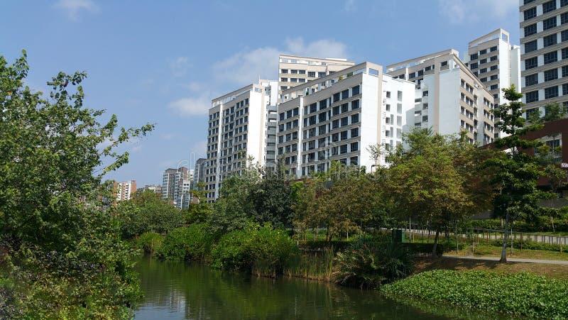 Punggol-Wasserstraße mit Wohnungen lizenzfreie stockfotos