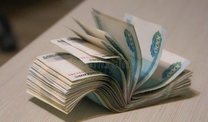 Punhado torcido do dinheiro, embalagem da cédula fotos de stock royalty free
