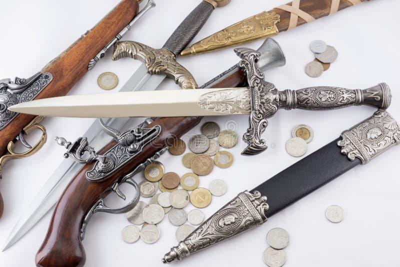 Punhais, armas e moedas militares velhos foto de stock