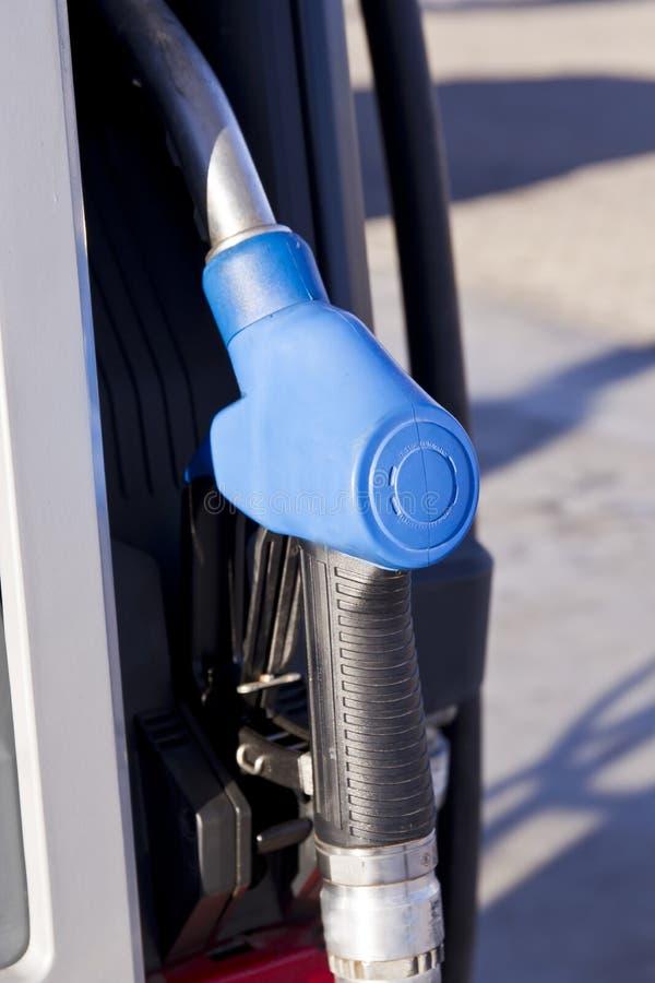 Punho colorido azul de uma bomba do petróleo fotos de stock royalty free