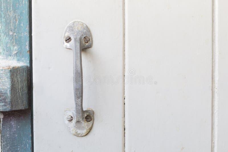 Punho de aço velho na porta de madeira com copyspace imagens de stock royalty free