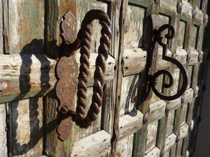 Punho de alavanca do metal na porta de madeira velha fotografia de stock royalty free