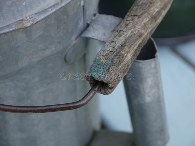 Punho de madeira de Tin Watering Can idoso imagem de stock royalty free
