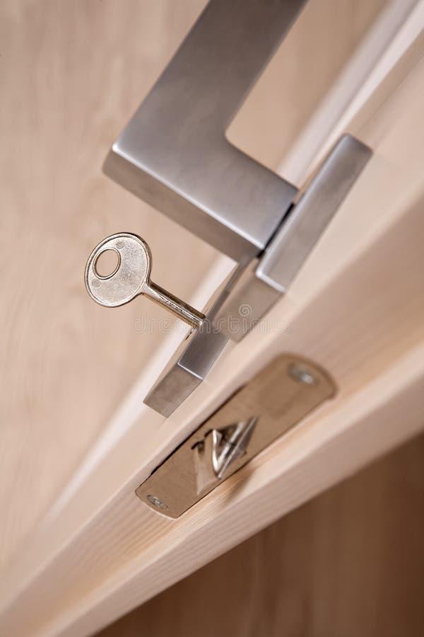 Punho de porta com um vertical da chave imagem de stock royalty free