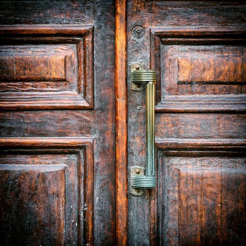 Punho de um fim de madeira da porta do vintage acima foto de stock