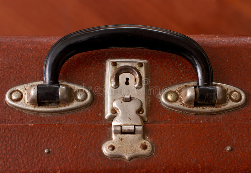 Punho de um Vinatge idoso Dusty Brown Suitcase fotografia de stock
