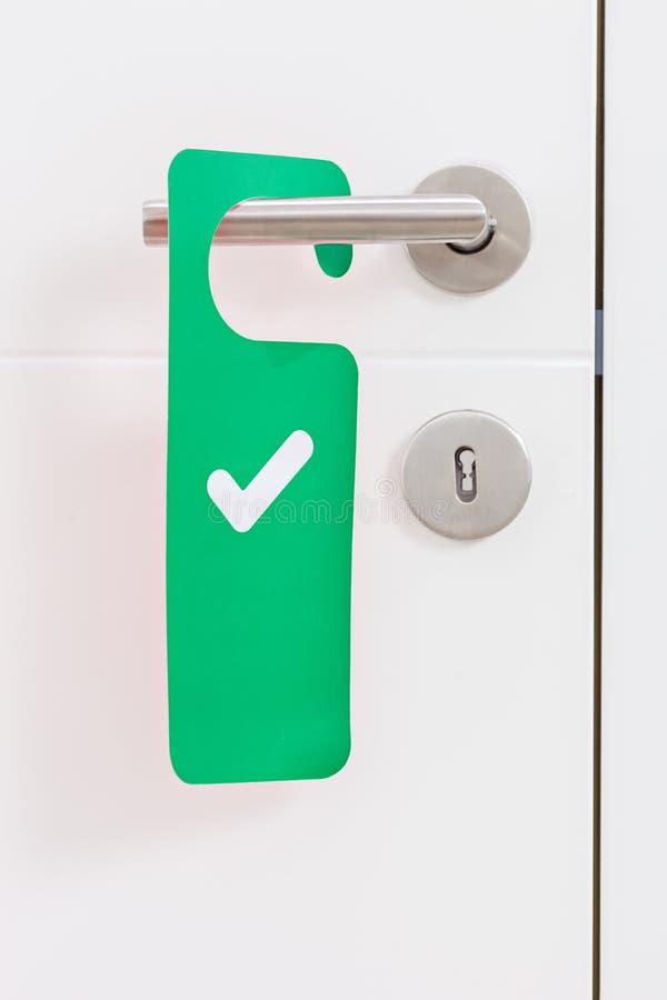 Punho de uma porta com uma placa verde do acesso imagem de stock