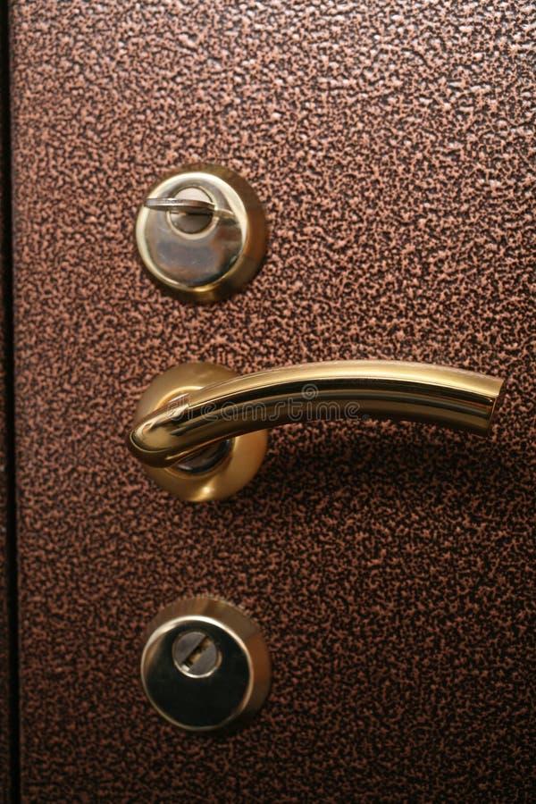 Punho na porta do cofre forte do metal fotografia de stock