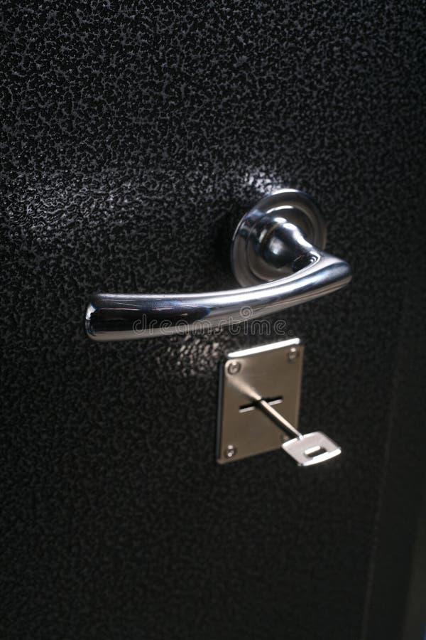 Punho na porta do cofre forte do metal fotos de stock