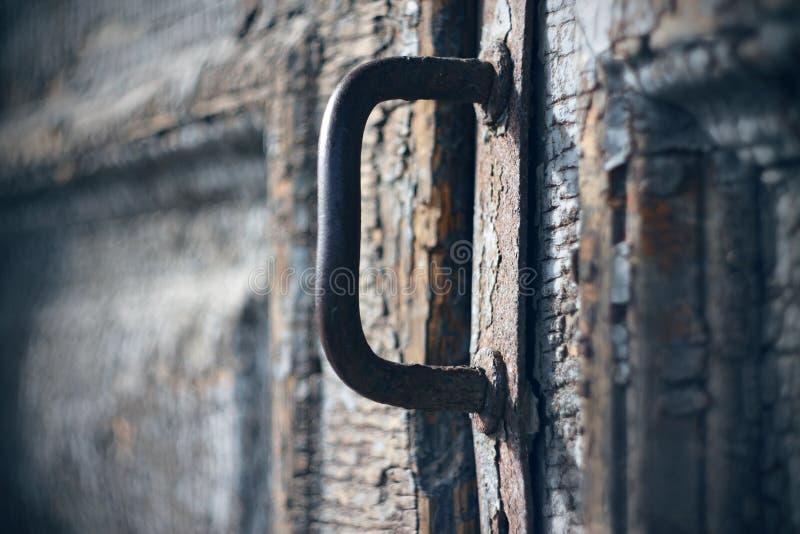 Punho oxidado do metal em uma porta de madeira velha imagens de stock
