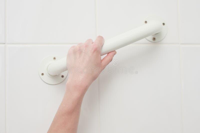 Punho tocante da mão na banheira imagens de stock