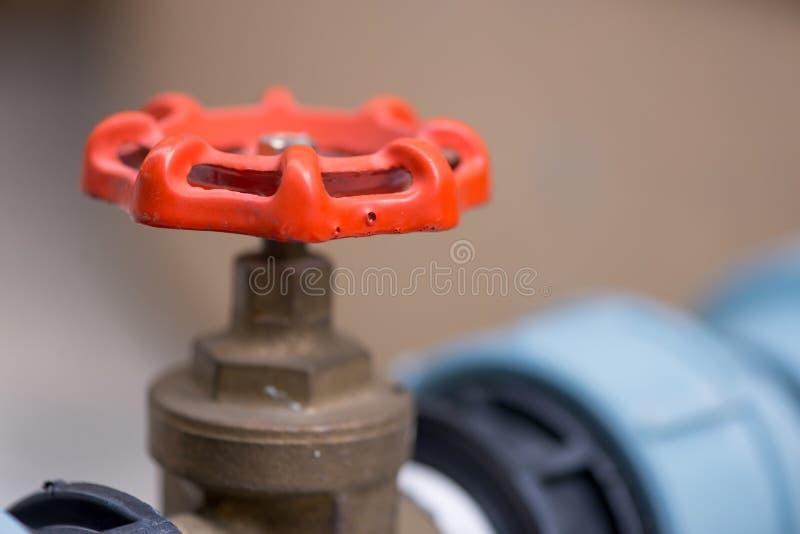 Punho vermelho da válvula de gás fotografia de stock royalty free