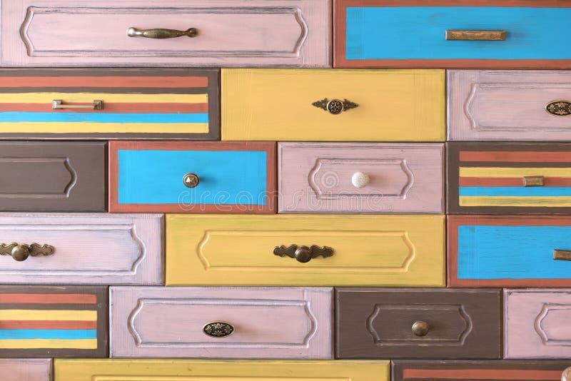 Punhos da gaveta montados em fachadas verticais, multi-coloridas fotos de stock royalty free