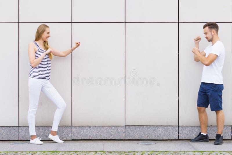 Punhos de aperto engraçados dos pares, lutando foto de stock royalty free