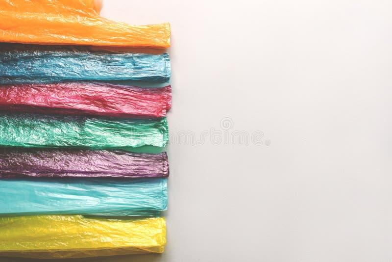 Punhos de sacos descartáveis plásticos em seguido fotografia de stock