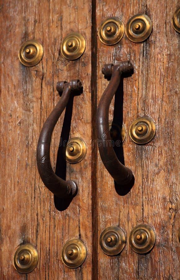 Punhos medievais da porta e do bronze do carvalho Caceres, Spain Local do património mundial do Unesco foto de stock royalty free