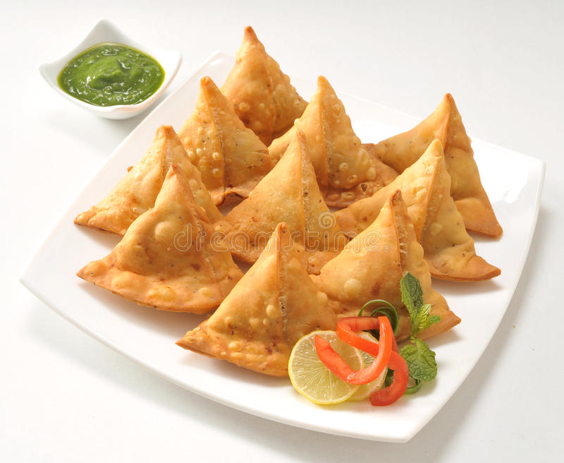 Punjabi Samosa med chutney royaltyfria foton