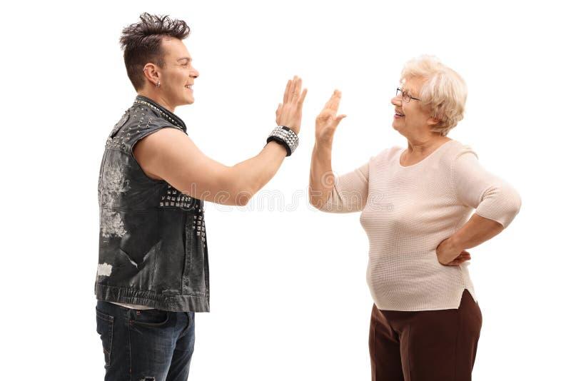 Punk e sua avó que fazem uns cinco altos fotografia de stock royalty free