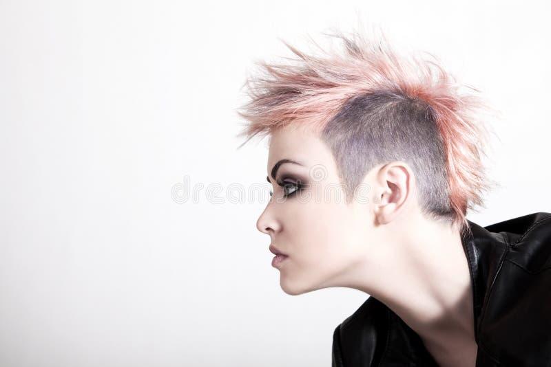 Punk fêmea novo com cabelo cor-de-rosa fotografia de stock