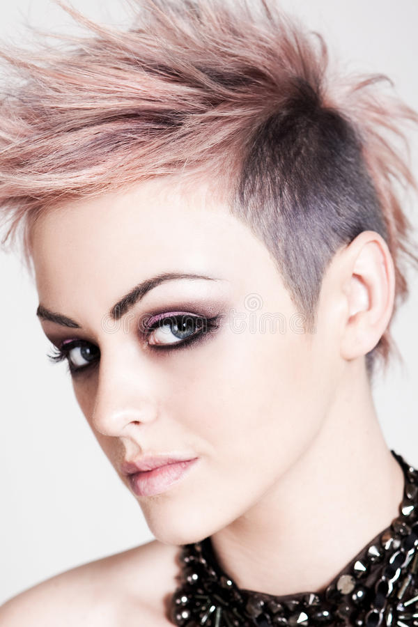 punk kvinnabarn för attraktiv frisyr arkivbilder