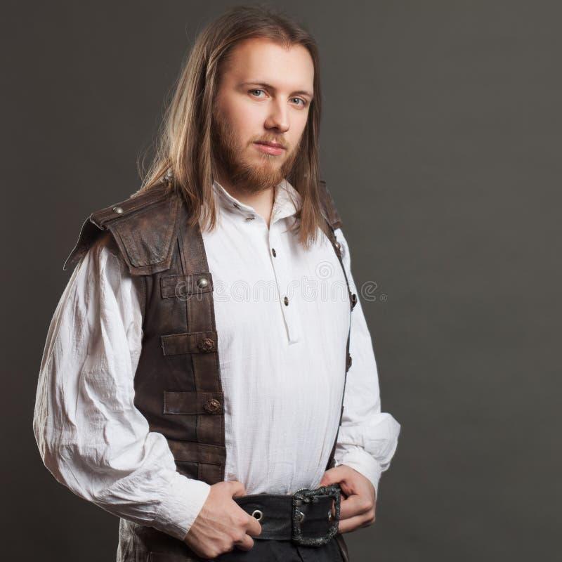 Punk maschio bello del vapore in un retro ritratto dell'uomo della maglia di cuoio sopra fondo grigio fotografia stock libera da diritti