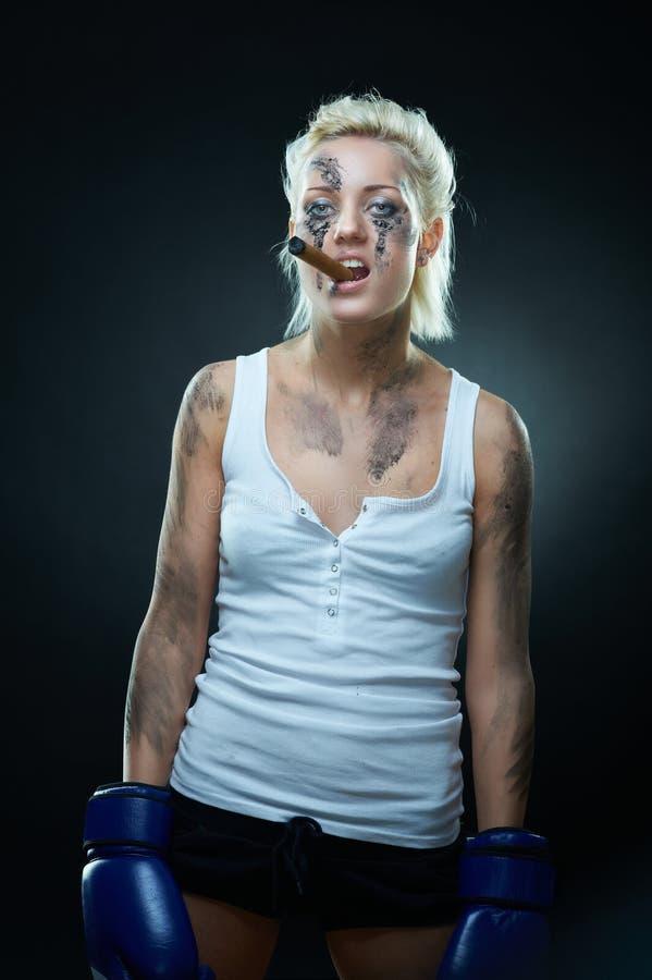 Punk meisje met vuile gezicht, bokshandschoenen en sigaar royalty-vrije stock foto's