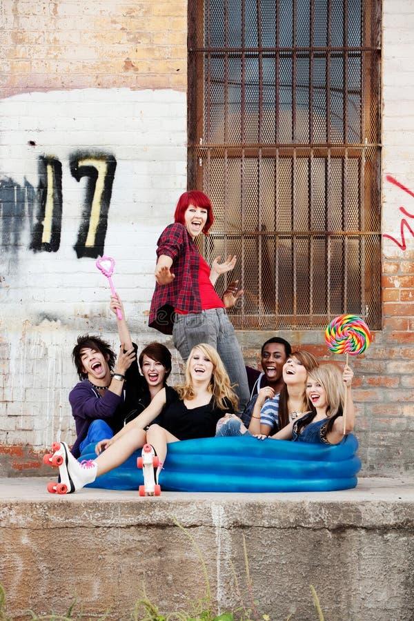 Punk teenager pazzeschi che si siedono in un raggruppamento blu fotografie stock libere da diritti