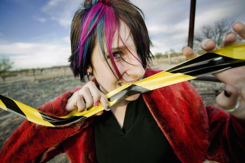 Punkmädchen-beißendes Achtung-Band lizenzfreies stockfoto