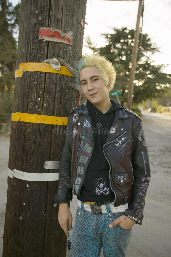 Punkowy nastolatek z blond i błękitny włosy obrazy royalty free