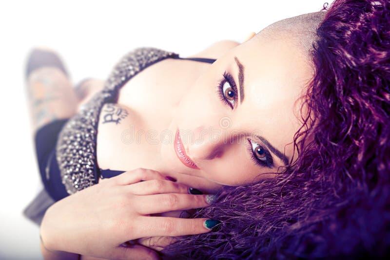 Punkrockflicka, framsidamakeup Skönhet och sexig tatuering royaltyfri bild