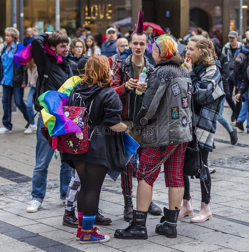 Punks na ulicy Christophera w Monachium, Niemcy obrazy stock