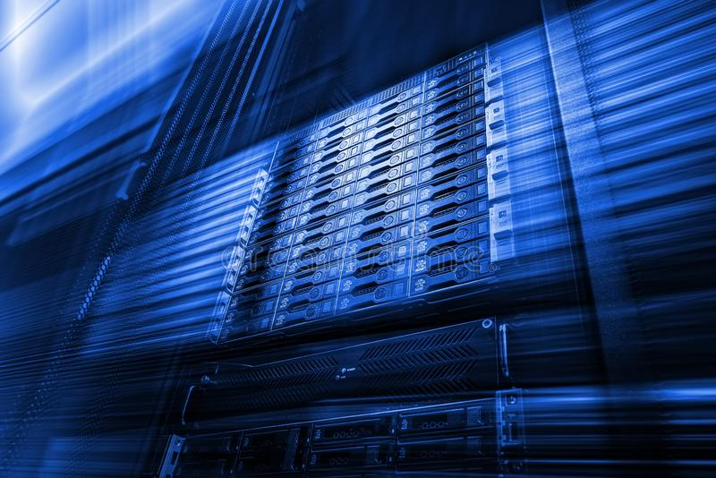 Punkt av den nedersta sikten av samlingsskivminne i datorhall med djup av fältet i kall blå signal arkivfoton
