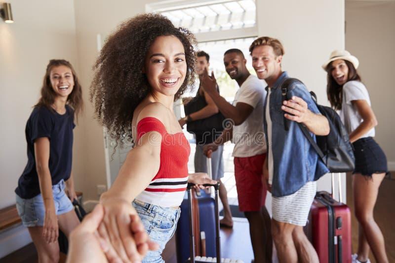 Punkt av sikten som skjutas av vänner som lämnar hyra för sommarsemester royaltyfria foton