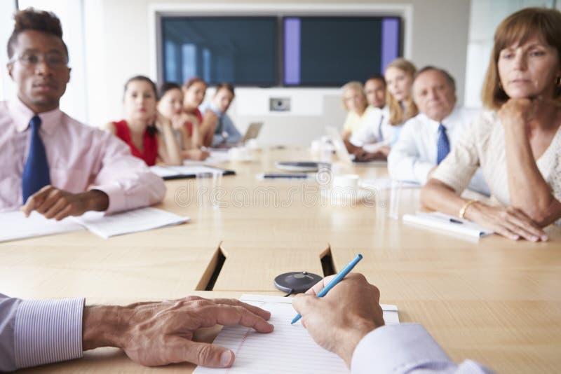 Punkt av siktsskottet av Businesspeople runt om styrelsetabellen fotografering för bildbyråer