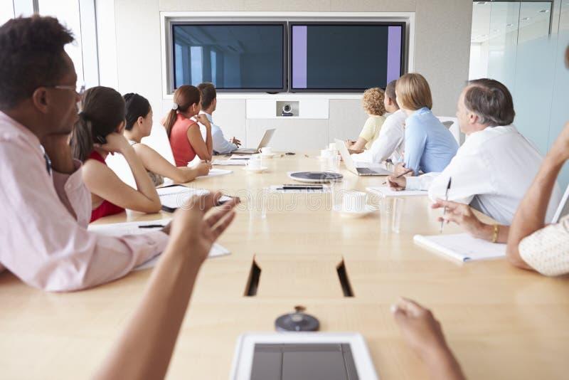 Punkt av siktsskottet av Businesspeople runt om styrelsetabellen royaltyfria foton
