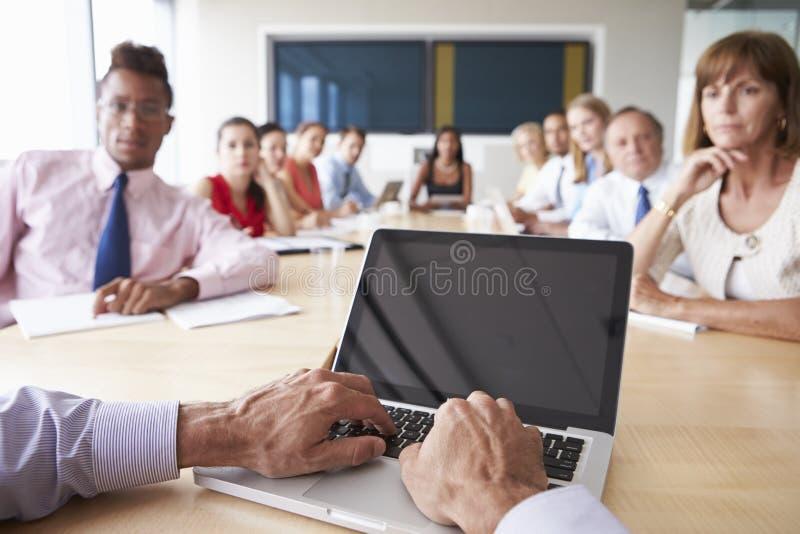Punkt av siktsskottet av Businesspeople runt om styrelsetabellen royaltyfri foto