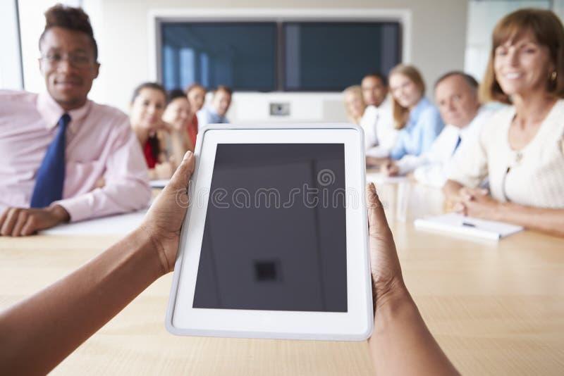 Punkt av siktsskottet av Businesspeople runt om styrelsetabellen arkivfoto